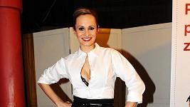 Monika Absolonová ukazovala v rozepnuté halence podprsenku.