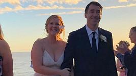 Amy Schumer s manželem Chrisem Fischerem čekají dítě.