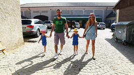 Roman Vojtek s manželkou, dcerou a neteří.