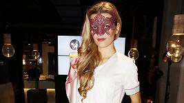 S maskou byste tuhle krásku nejspíš hned nepoznali.