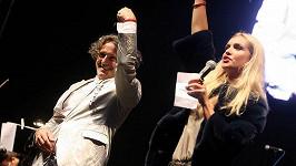 Goran Bregović se nebojí alkoholu ani na pódiu při vystoupení.