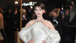 Herečka okouzlila v rafinovaně řešené róbě od Givenchy.