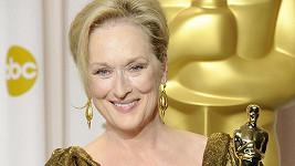 Okouzlující Meryl Streep si vzala róbu, s níž se soškou Oscara dokonale ladila.