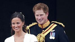 Princ Harry o den později na svatbě po boku Pippy Middleton.