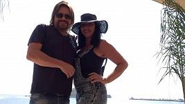 Zpěvák si užívá s manželkou u moře