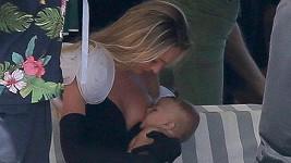 Candice Swanepoel během práce na synka nezapomíná...