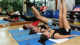 Holky při cvičení ukazují své výstavní zadečky.