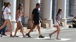 Stallone si vykračuje v řadě se svými dcerami.