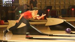 Bowling hraje i zpěvačka Rita Ora. Tahle zábava ale není pro každého...