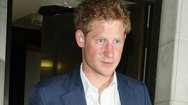 Princ Harry odchází z po dlouhé pařbě z klubu.