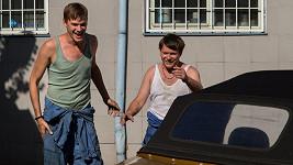 Vojta a Matěj ve filmu Lež má rozbité auto.