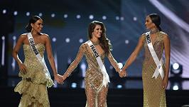Iris Mittenaere (uprostřed) je novou Miss Universe.