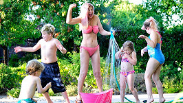 Tori Spelling se svým početným rodinným klanem.