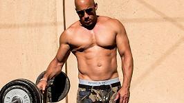 Vin Diesel cvičí na čerstvém vzduchu. Posiluje a opaluje se naráz...