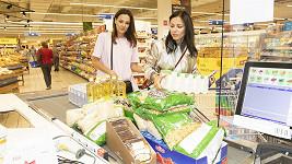Radka Rosická a Petra Eliáš Voláková nakupovaly pro potřebné.
