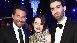 Emma Stone s přítelem Davem McCarym (vpravo) a hercem a režisérem Bradleym Cooperem