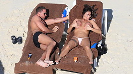 Katie Price a Kieran Hayler během krátkých líbánek.