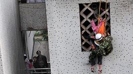 Dívenku přidržovalo spolu se záchranářem několik lidí i zevnitř budovy.