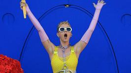 Neonová show Katy Perry na pódiu kalifornského rádia 102.7 KIIS FM Wango Tango