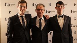 Ivan Trojan se syny Josefem a Františkem (vlevo) uvedli na Berlinale film Šarlatán.