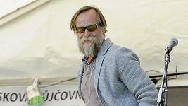 Hipster Karel Roden.