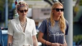 Kristen Stewart (vlevo) a Stella Maxwell jsou prý zase spolu.