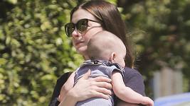 Anne Hathaway se svým pokladem vyrazila na návštěvu za kolegou z branže.