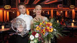 Anna Polívková a Michal Kurtiš s cenou pro vítěze...