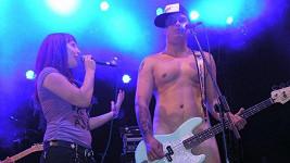 Bára vystupovala s úplně nahým zpěvákem.
