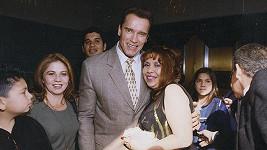 Arnold Schwarzenegger na snímku z roku 2001 objímá služebnou Mildred.