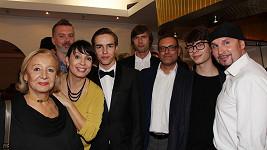 Nela Boudová s maminkou, syny, manželem Sašou (vlevo),otcem svých synů Janem Lekešem (uprostřed) a přáteli.