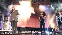 Jim Kerr to na párty Hard Rock Cafe pěkně rozjel. Jeho vokálistka mu sotva stačila.