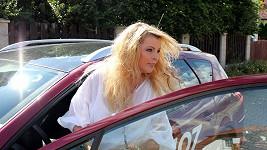 Iveta Bartošová nasedá do auta a jede pro Artura.