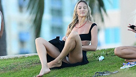 Candice Swanepoel se v parku uvolnila.