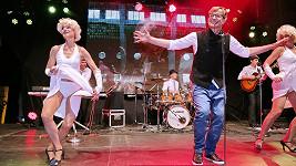 Sněd bych tě celou, když vlasy máš yellow... Petra Kotvalda jeho žena tanečně doprovází.