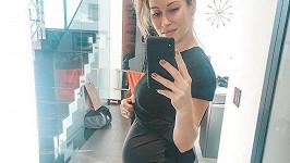 Těhotenství je na Kataríně už vidět.
