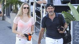 Herec a jeho přítelkyně odjeli do Francie.