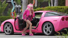 Americká hudebnice a herečka Angelyne musí prodat své milované auto...