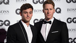 Tom Daley a Dustin Lance Black se radují ze syna.