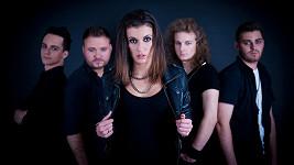 Veronika Zelníčková je zpěvačkou melodic-metalové kapely Anacreon