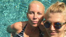 Martina Formanová a Katka Kornová v bazénu