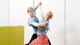 Dana Batulková vypadá vedle svého tanečního partnera Honzy Ondera na třicet.
