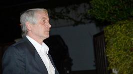 Josef Rychtář truchlí po Ivetě s prostitutkou po boku.