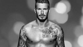 Potetovaný fotbalista se pochlubil nejen kolekcí oblečení a spodního prádla, ale i tetováním.