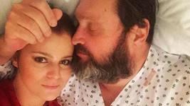 Ornella Koktová s manželem Josefem v nemocnici