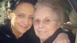 Lucie Bílá s maminkou Hanou Zaňákovou dnes opustili na chvíli nemocnici.