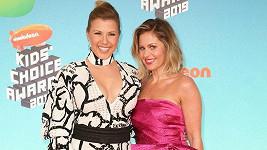 Candace Cameron Bure a Jodie Sweetin (vlevo) převzaly cenu za seriál Fuller House.