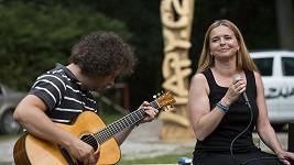 Lenka Nová se zůčastnila akce Jedeme řeky a zazpívala vodákům.