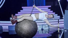 Adam Mišík jako známá provokatérka Miley Cyrus.