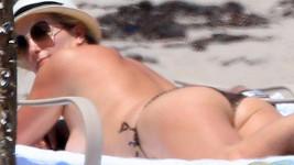 Penny Lancaster na pláži odhodila vrchní díl bikin.